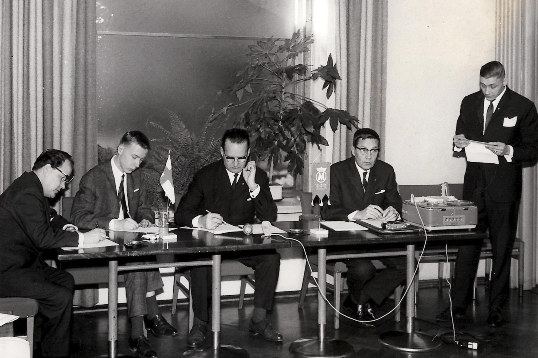 Myyntimiesten järjestön edustajia kokouksessa